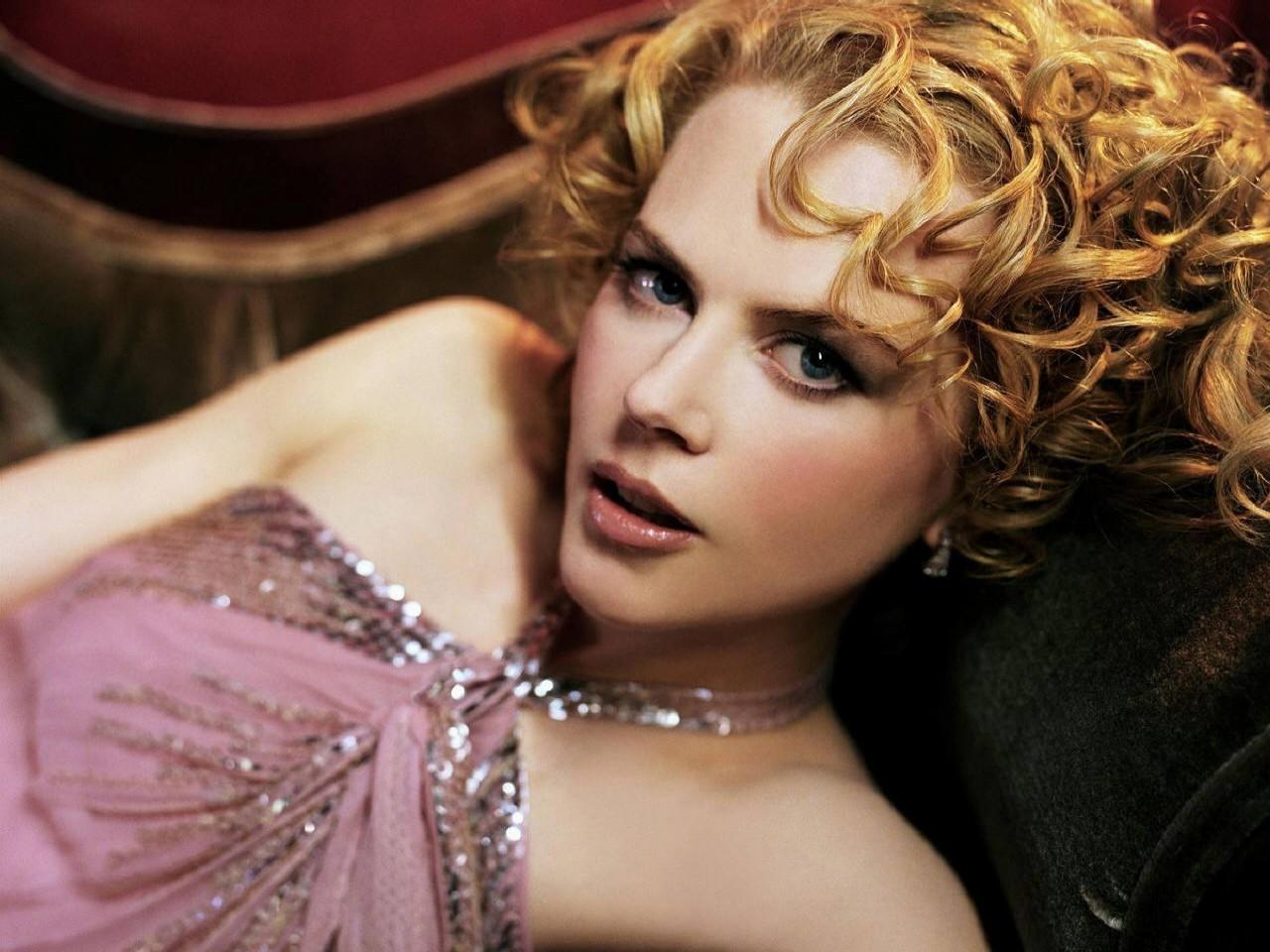 Wallpaper di Nicole Kidman fasciata in un abito rosa antico
