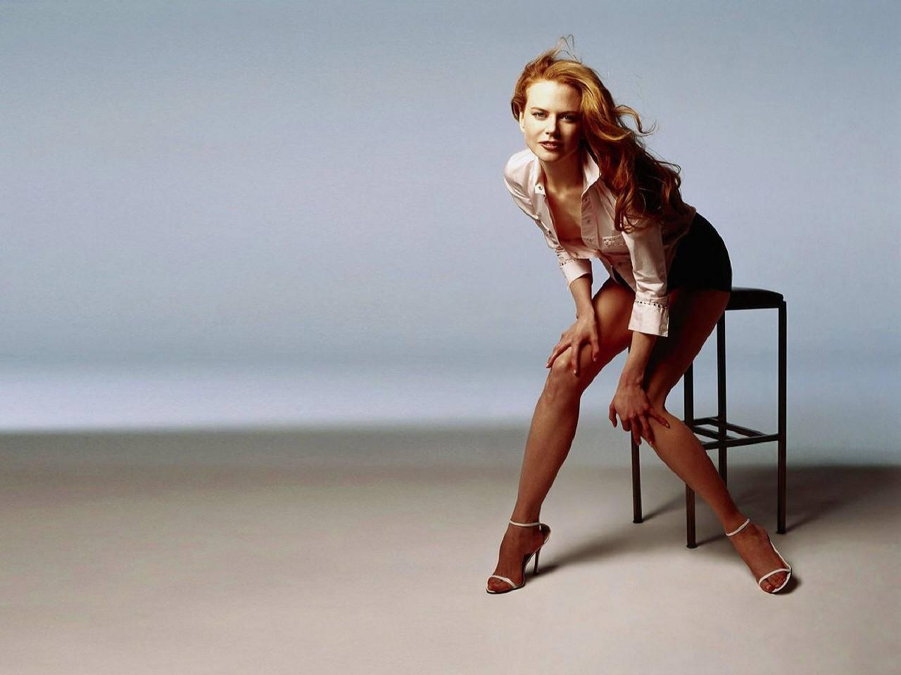Wallpaper di Nicole Kidman su uno sgabello