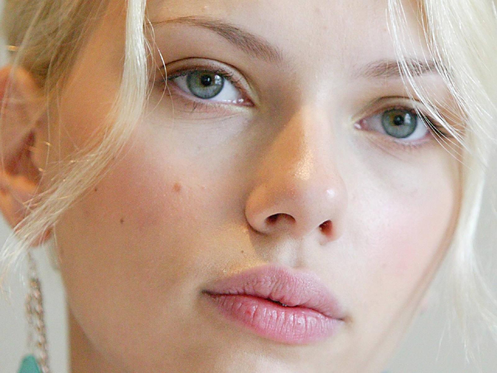 Wallpaper di un primissimo pipano di Scarlett Johansson