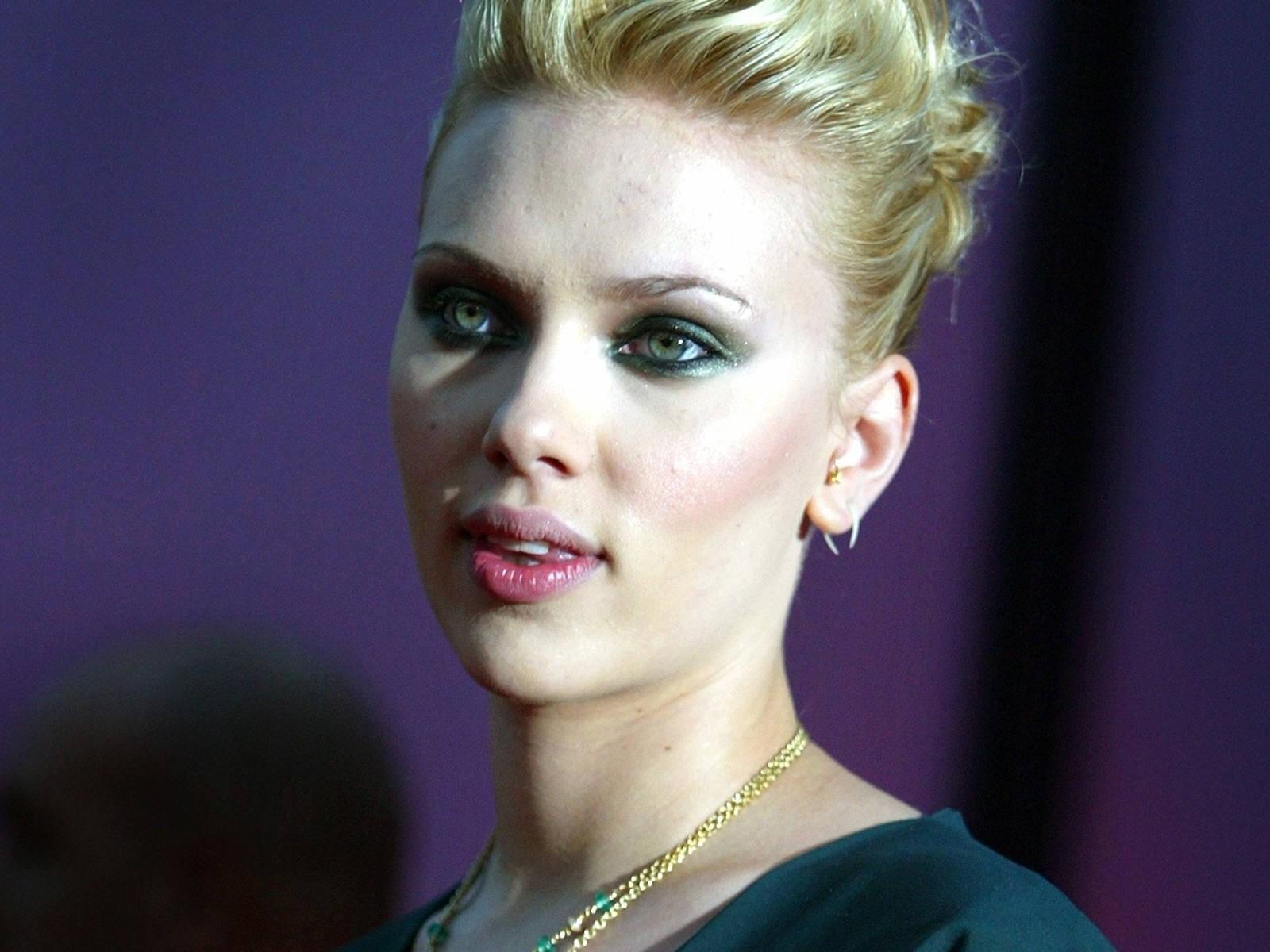 Wallpaper di Scarlett Johansson su fondo blu scuro