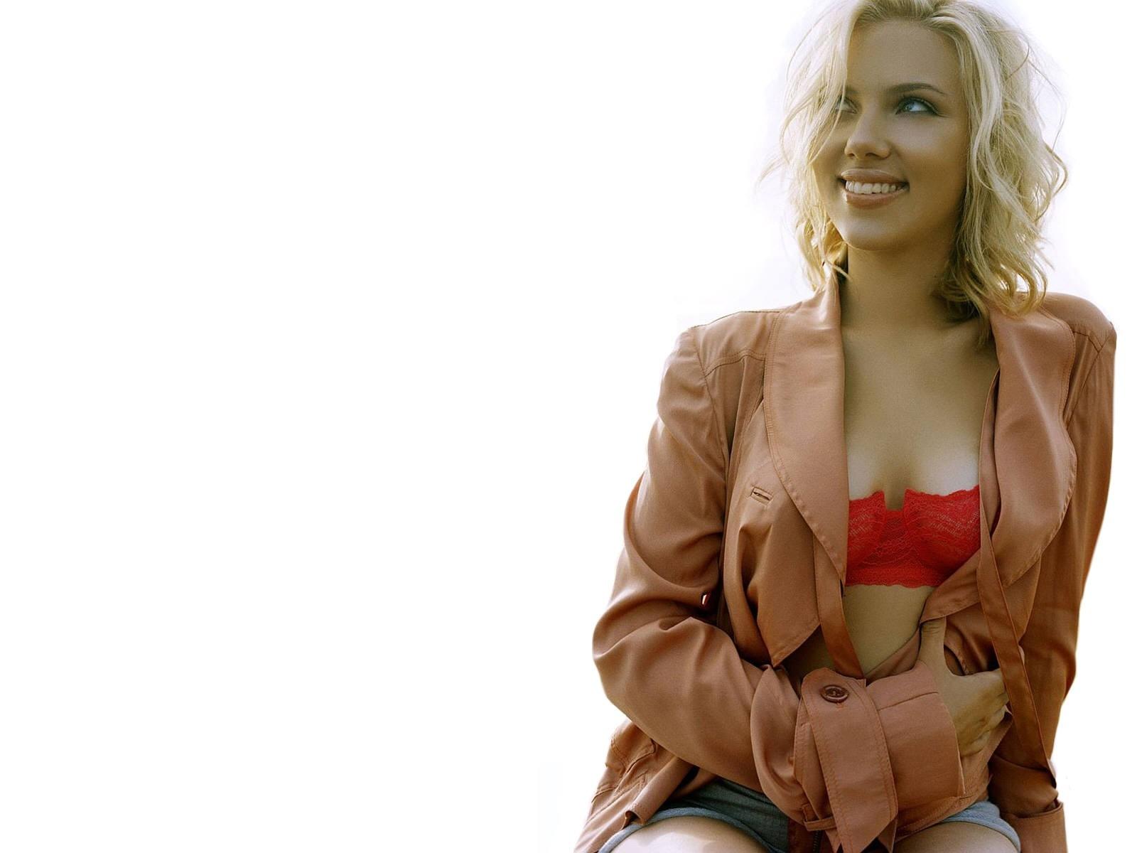 Wallpaper di Scarlett Johansson con una maliziosa scollatura