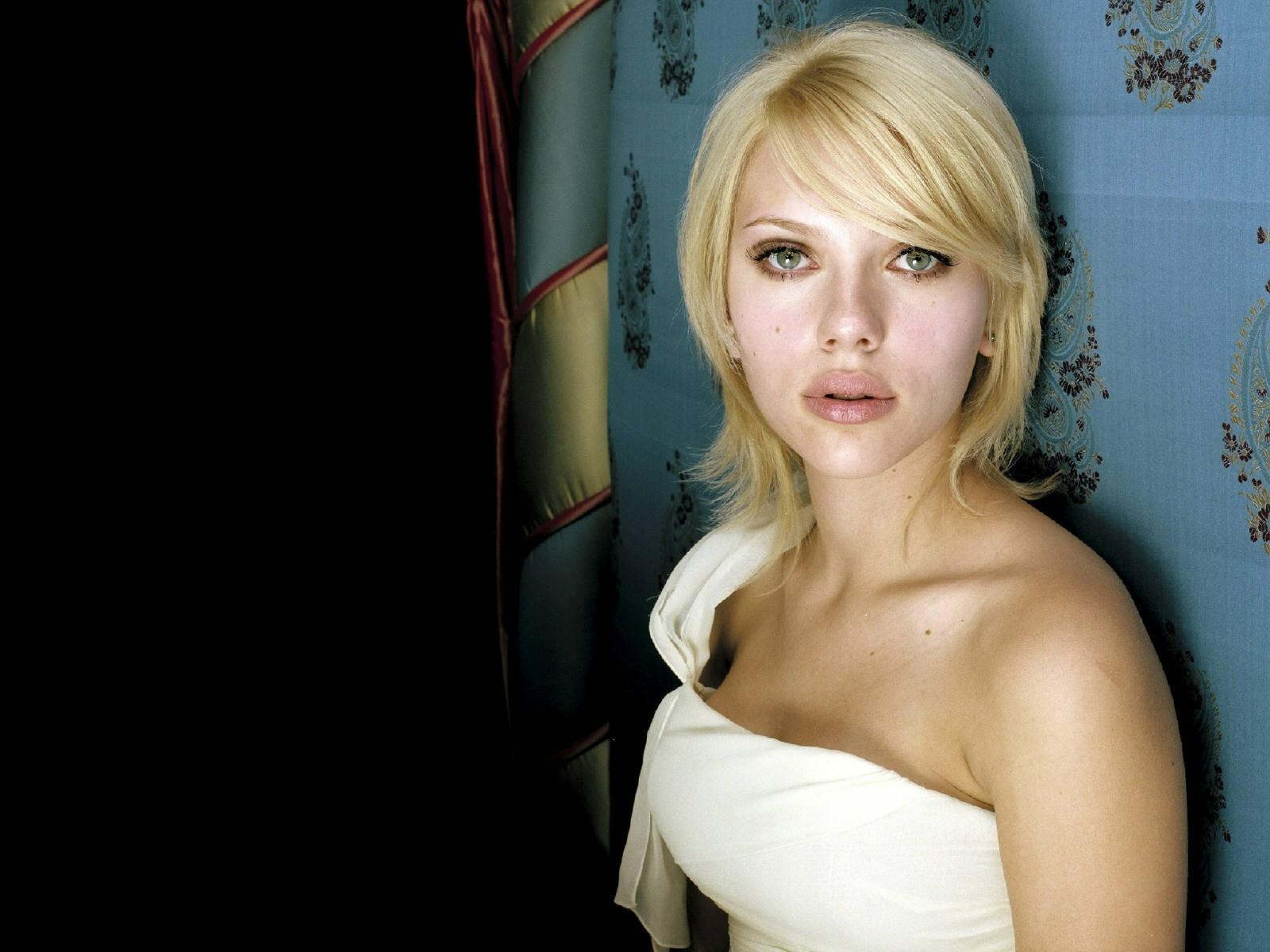 Wallpaper di Scarlett Johansson fasciata in abito bianco