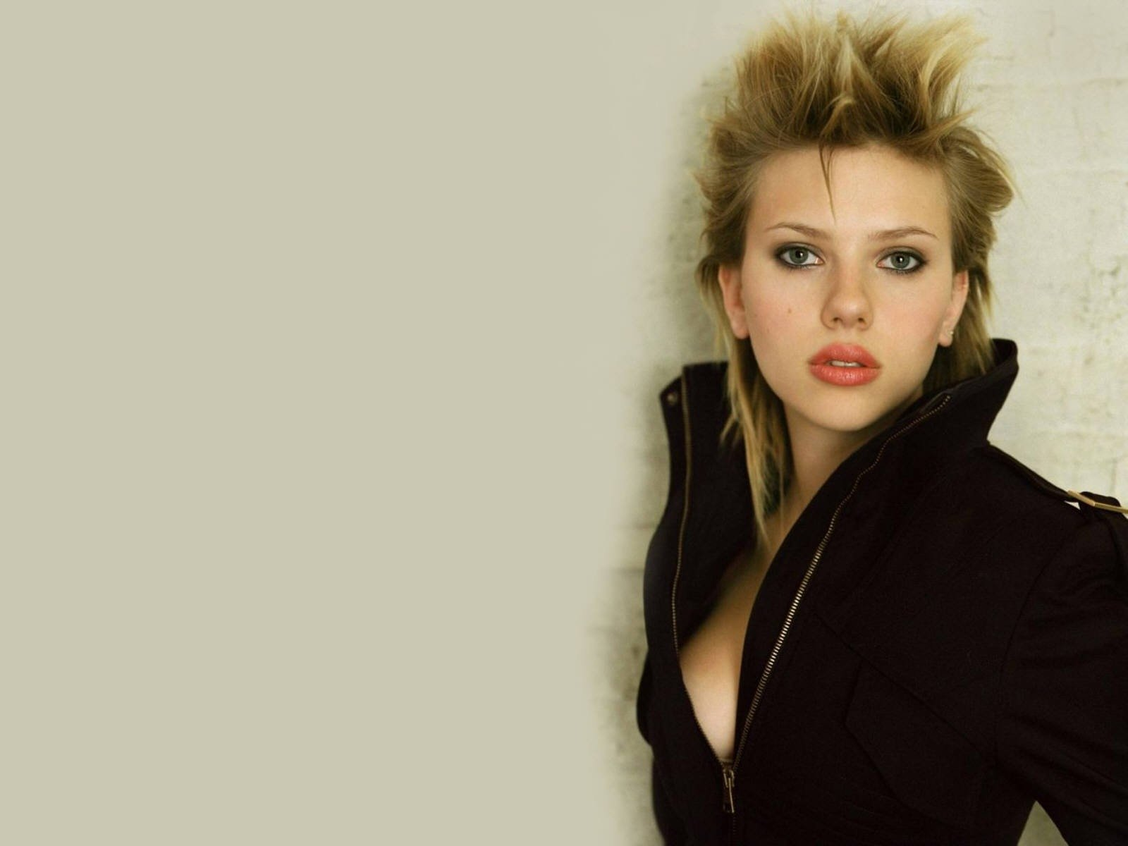 Wallpaper di una grintosa Scarlett Johansson