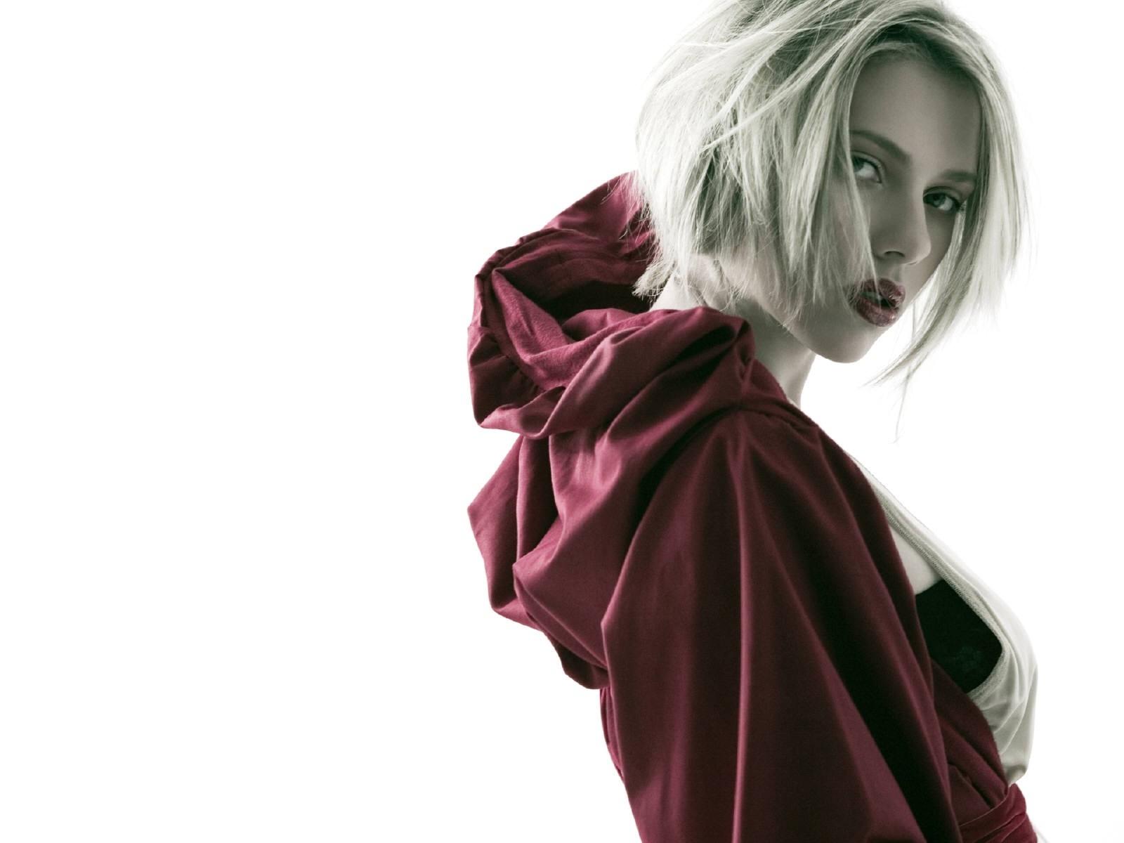 Wallpaper di Scarlett Johansson in versione 'cappuccetto rosso'