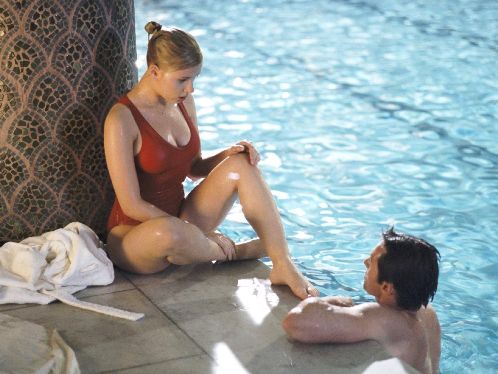 Wallpaper di Scarlett Johansson in piscina