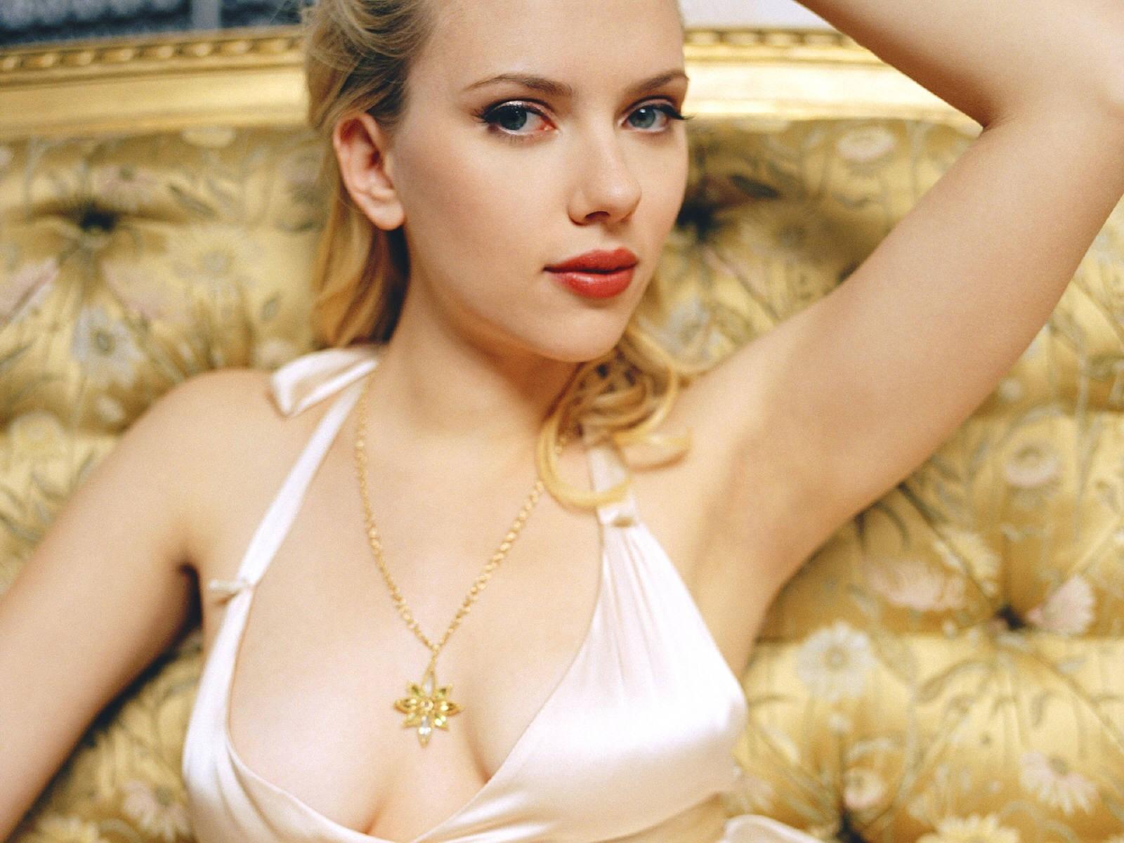 Wallpaper: decolletè vertiginoso e posa da diva per Scarlett Johansson