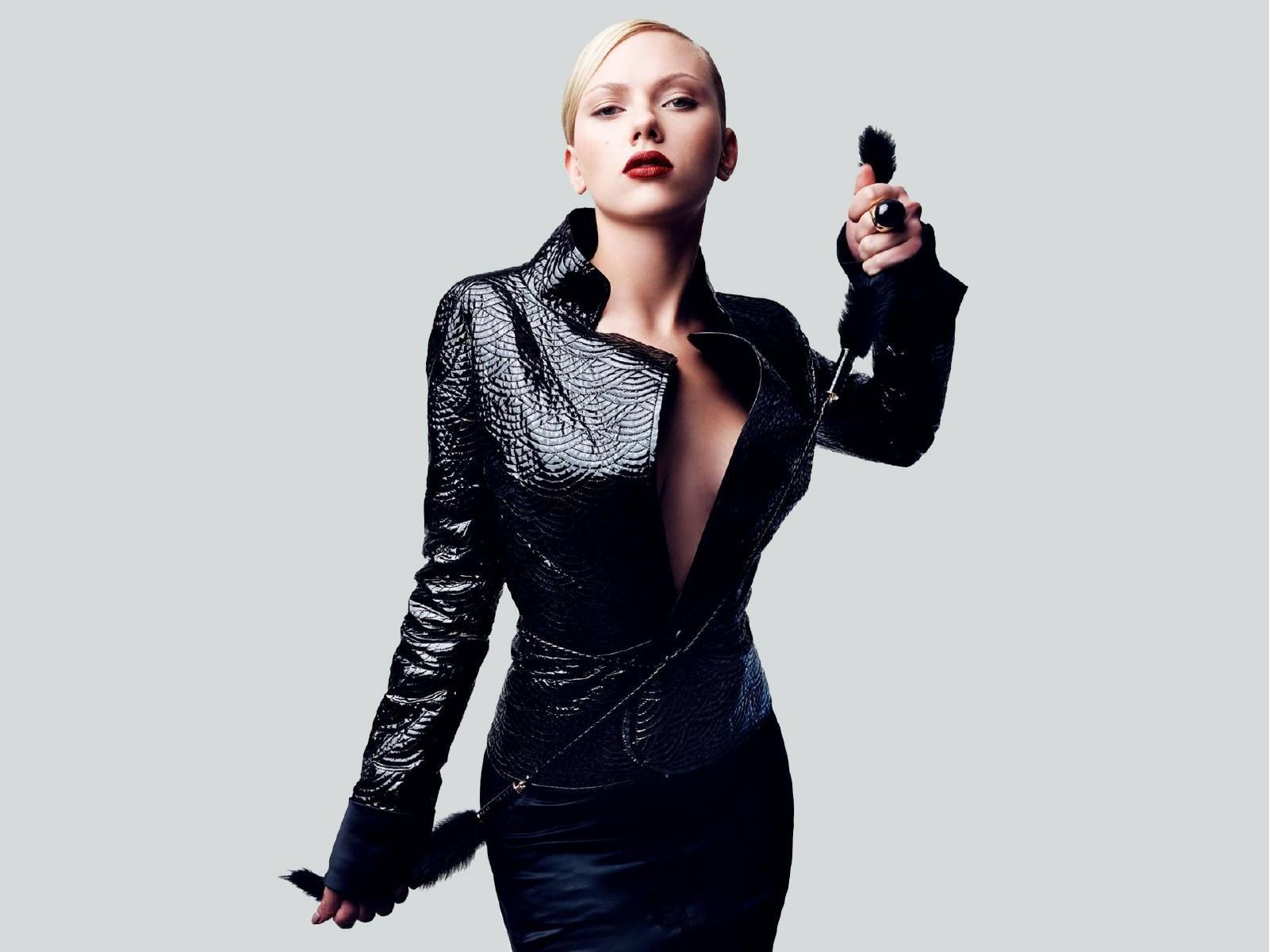 Wallpaper di Scarlett Johansson in total black