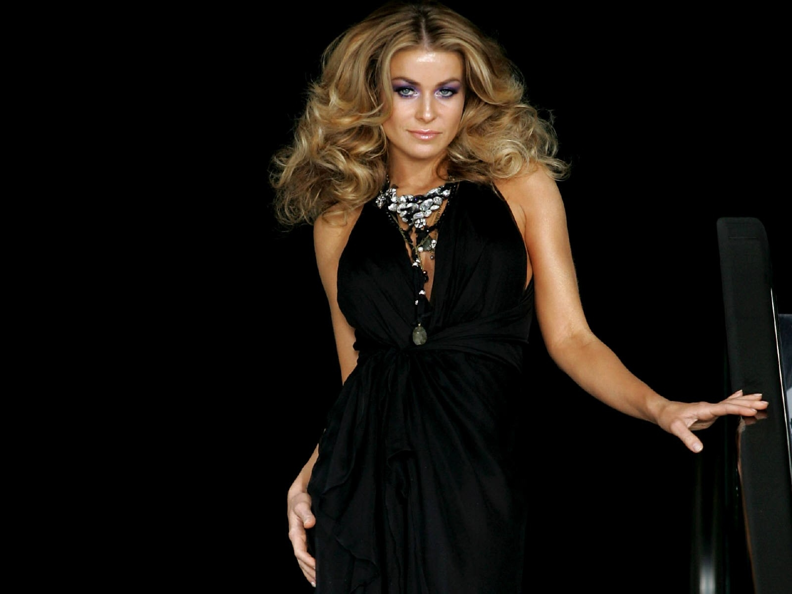 Wallpaper di Carmen Electra in total black