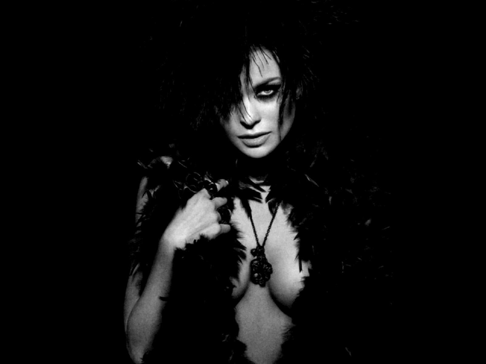 Wallpaper di Carmen Electra in versione sexy-dark