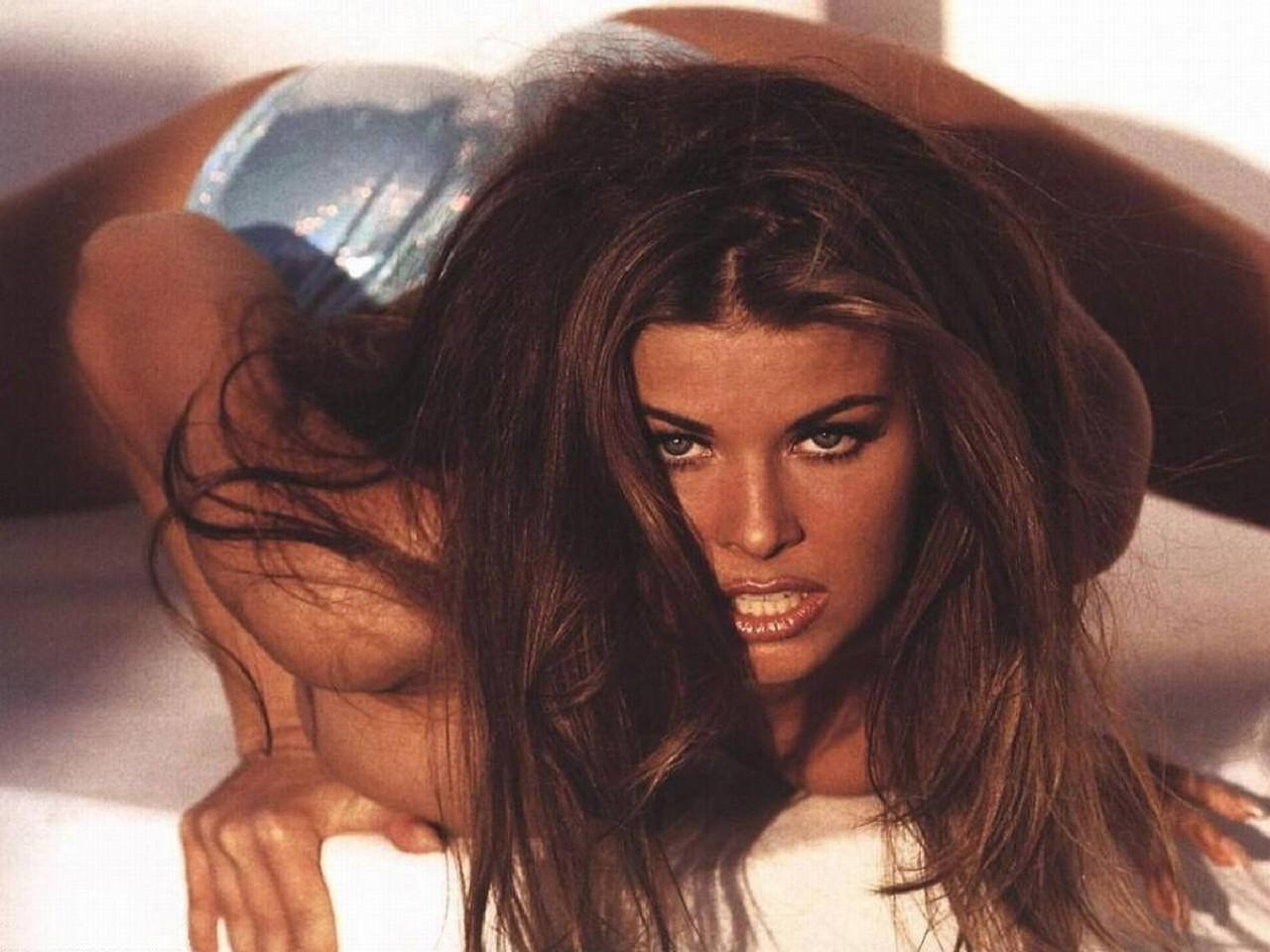 Wallpaper di un'aggressiva Carmen Electra