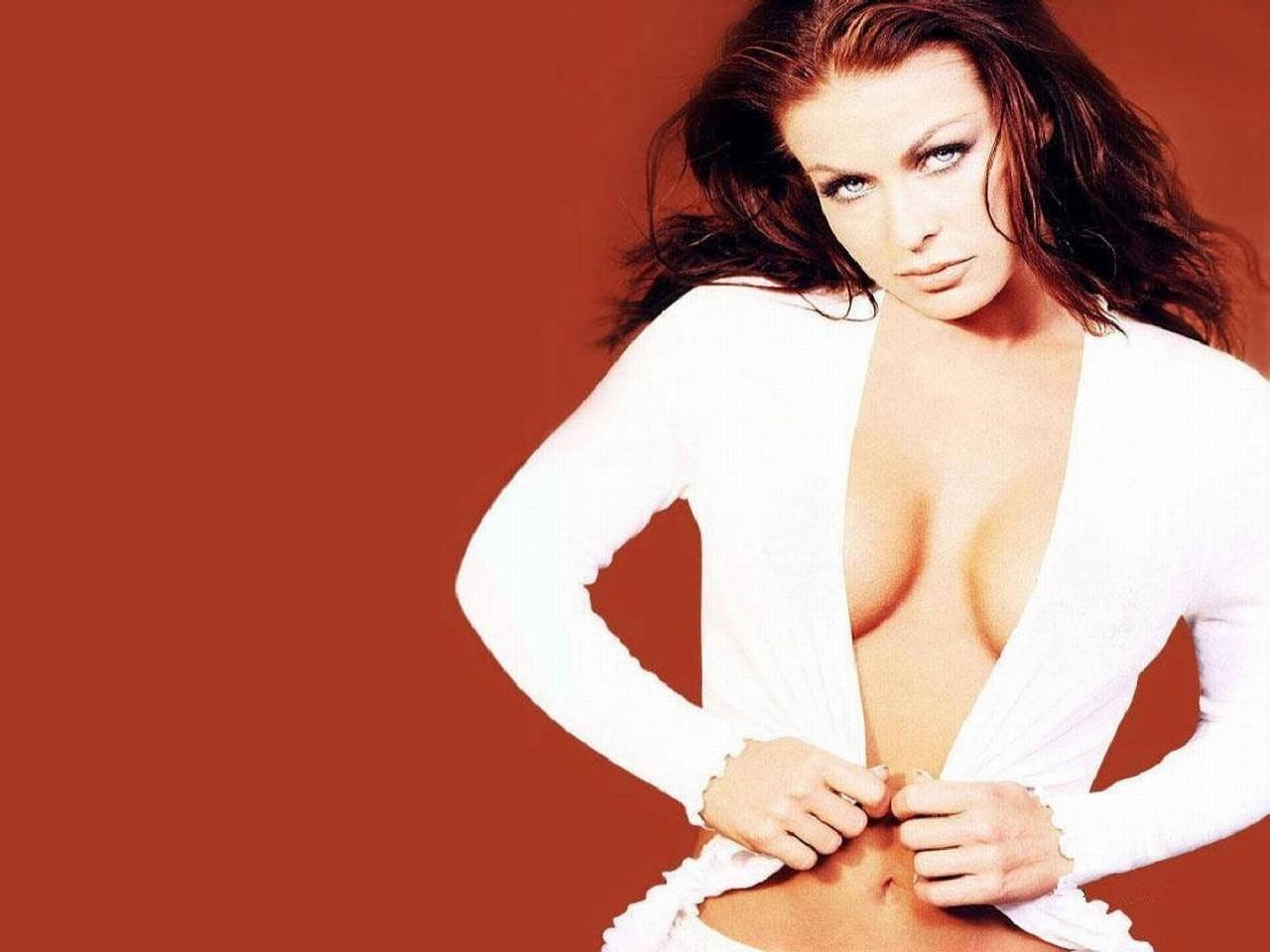 Wallpaper di Carmen Electra su fondo rosso