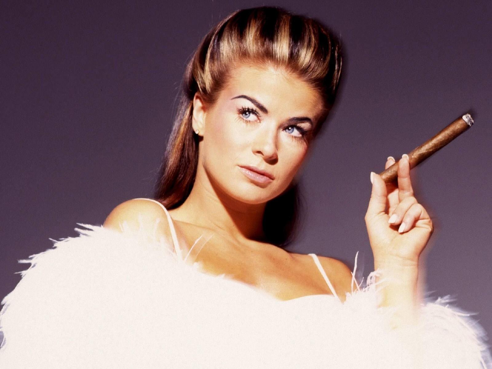 Wallpaper di Carmen Electra mentre fuma