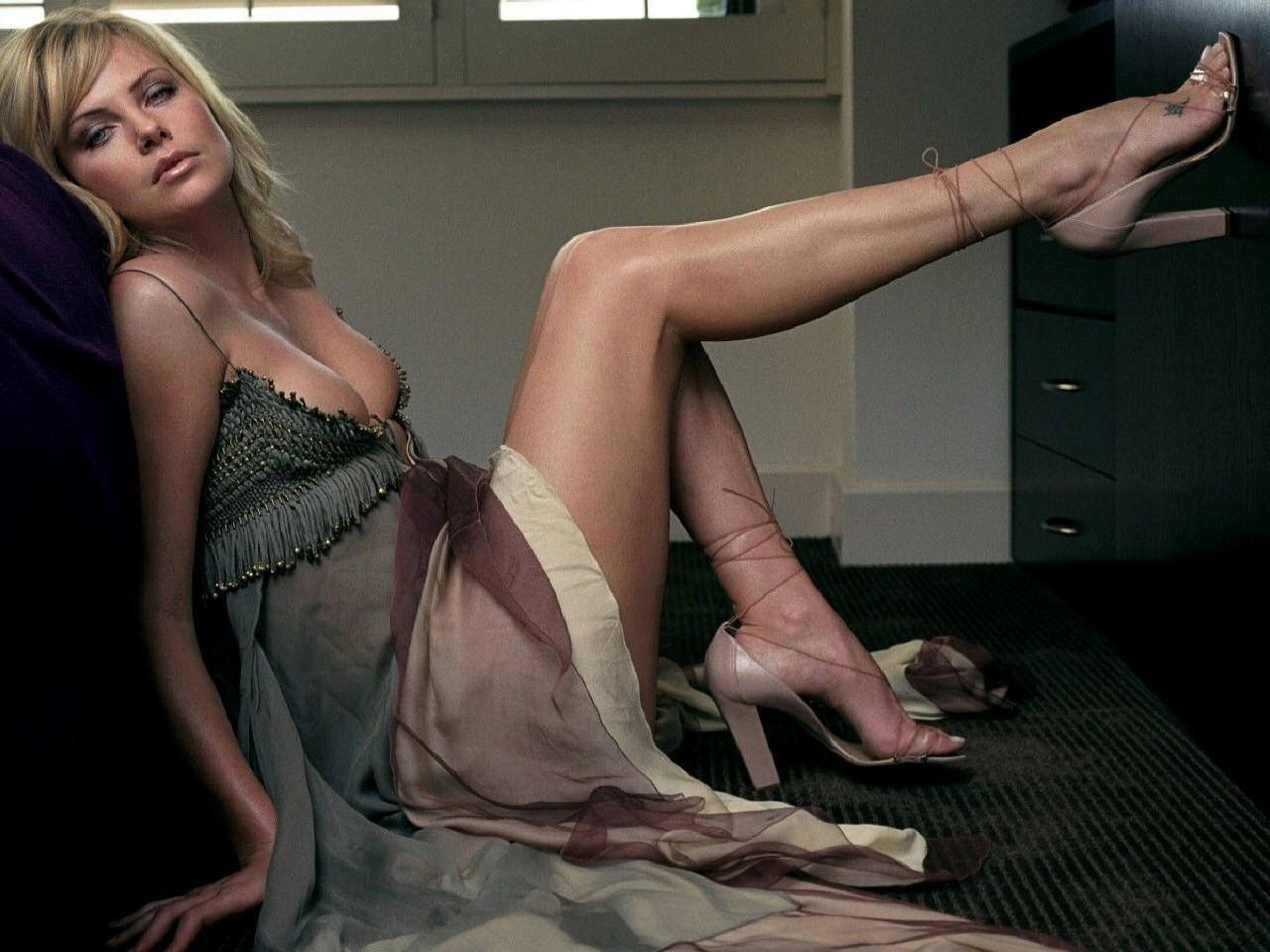Wallpaper - Charlize Theron mostra le sue magnifiche gambe
