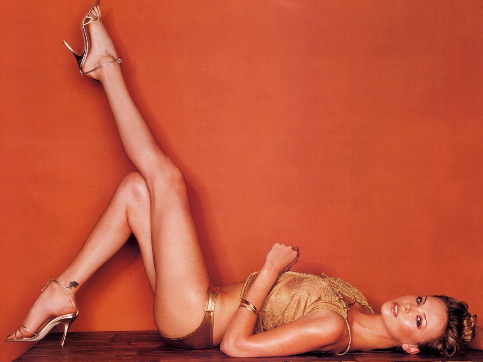 Wallpaper di Charlize Theron su fondo arancio