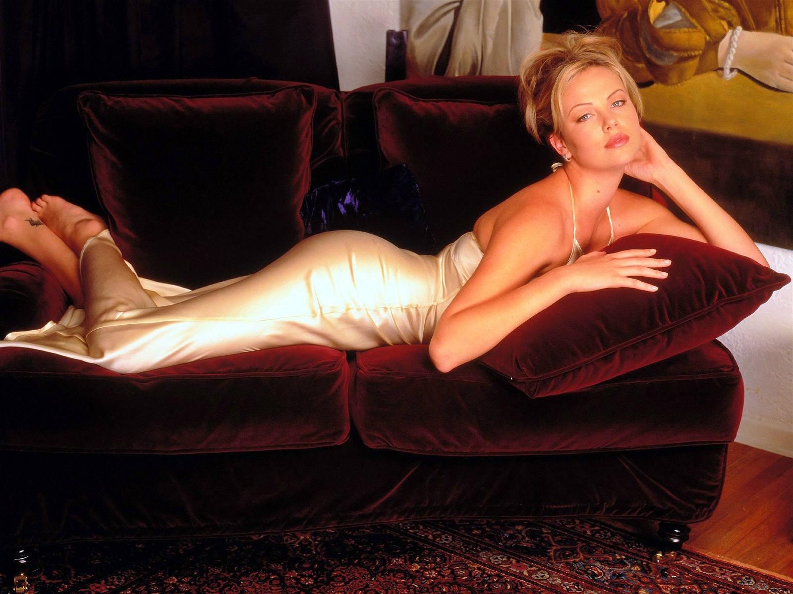 Wallpaper di Charlize Theron fasciata in un luminoso e sensuale abito