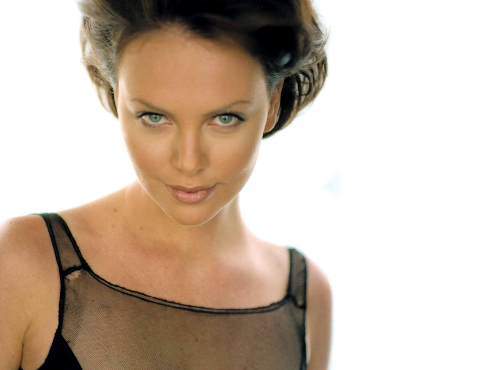 Wallpaper con un primo piano di Charlize Theron