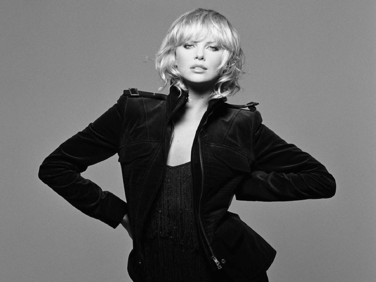 Wallpaper di Charlize Theron in tailleur