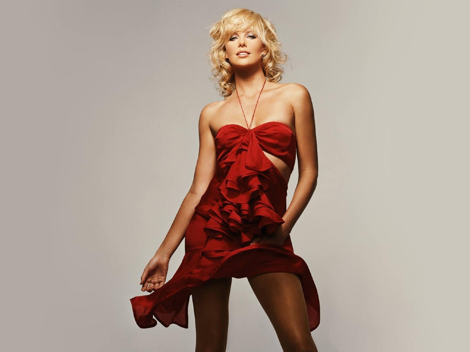 Wallpaper di Charlize Theron, sensualissima in abito rosso