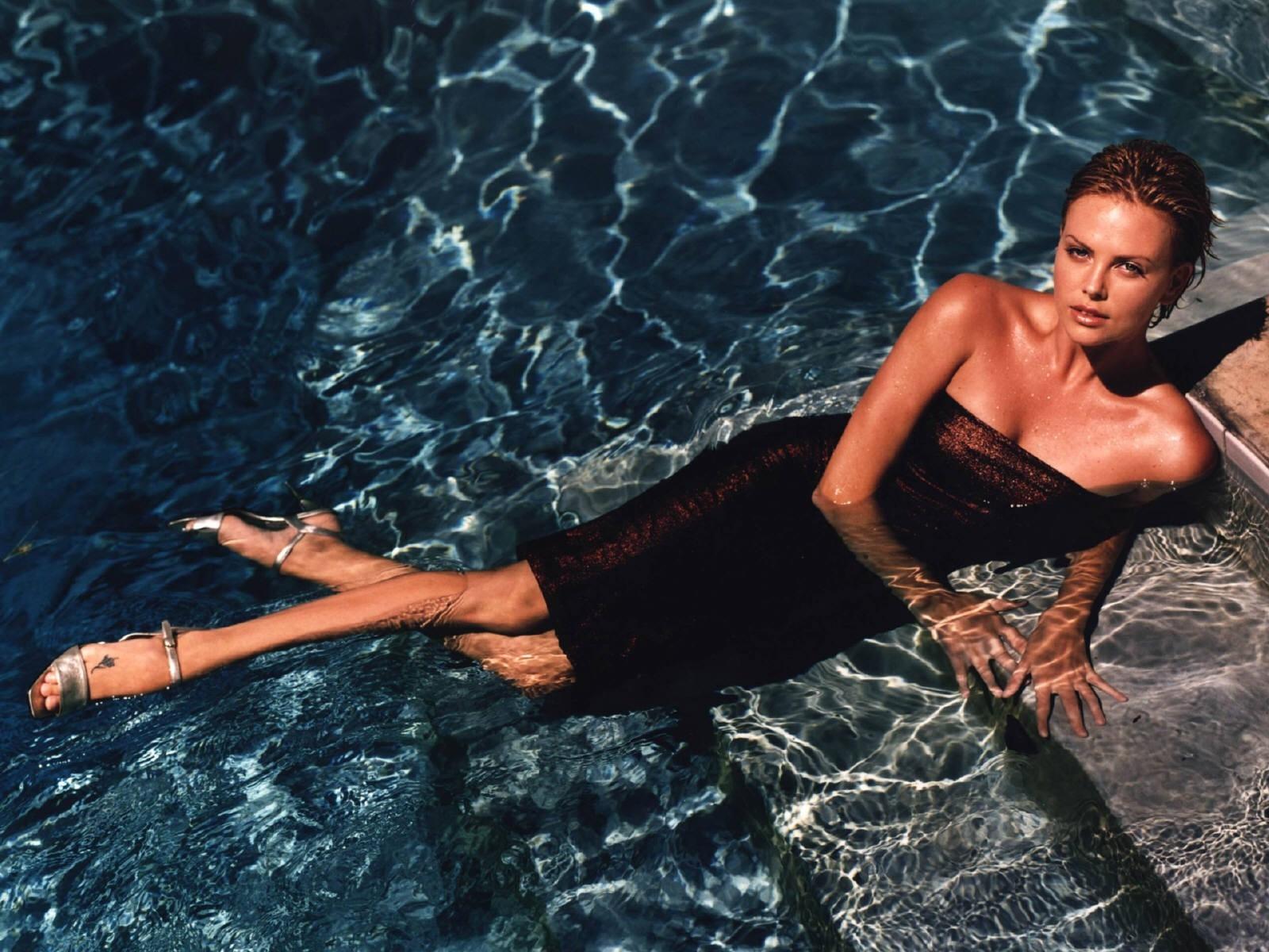 Wallpaper di Charlize Theron adagiata nell'acqua come una sirena
