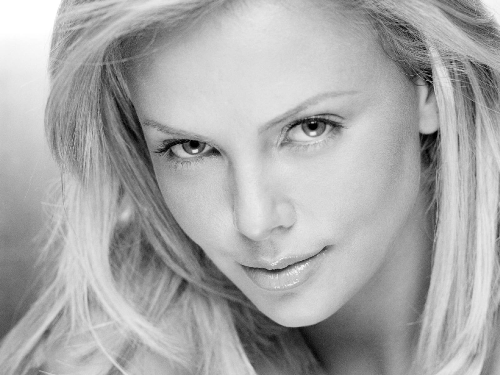 Wallpaper di Charlize Theron con una foto dell'attrice in b/n