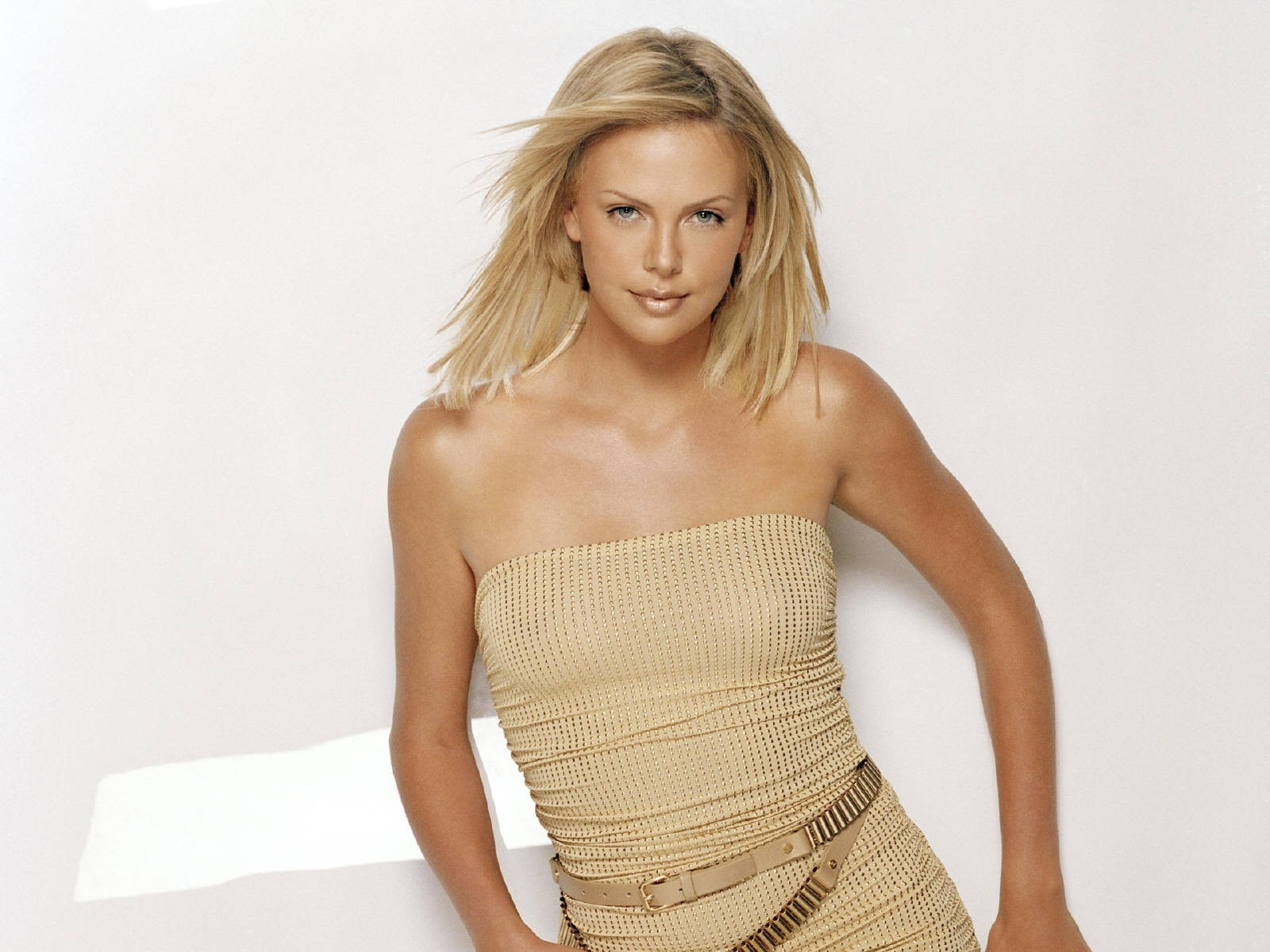 Wallpaper di Charlize Theron fasciata in un abito color sabbia