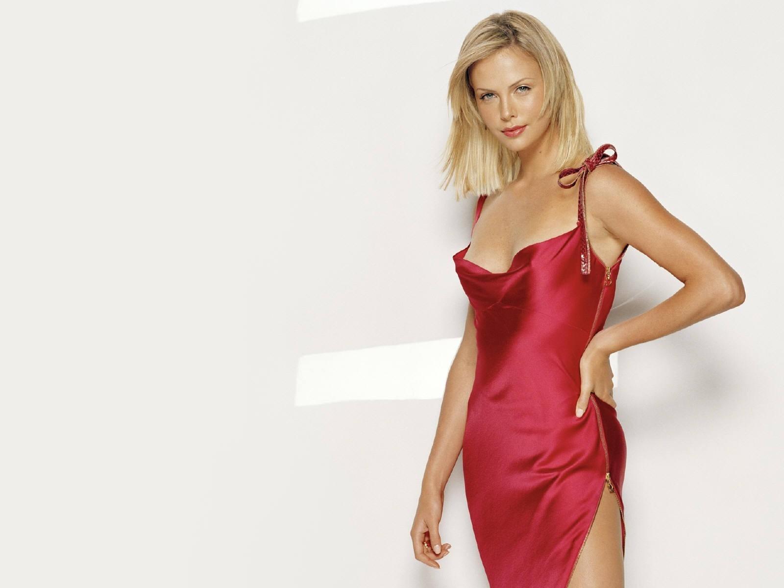 Wallpaper di Charlize Theron, splendida signora in rosso
