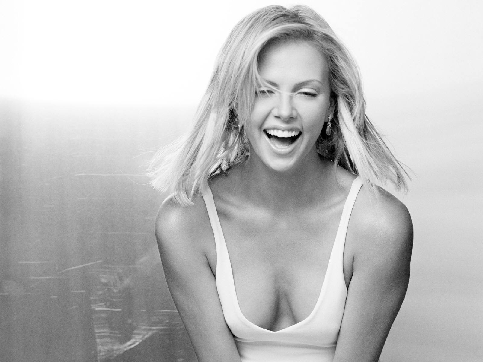 Wallpaper di una sorridente Theron