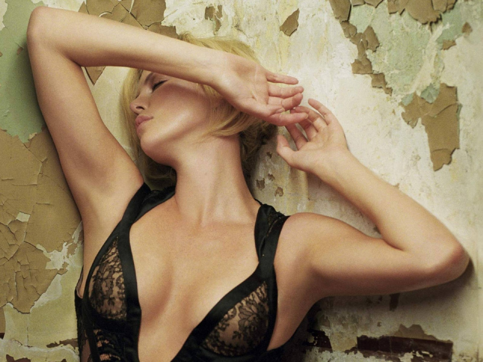 Wallpaper di Charlize Theron fasciata in un magnifico abito nero