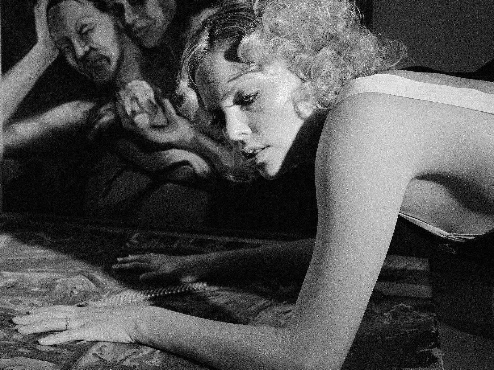Wallpaper di Charlize Theron in una immagine sensualissima