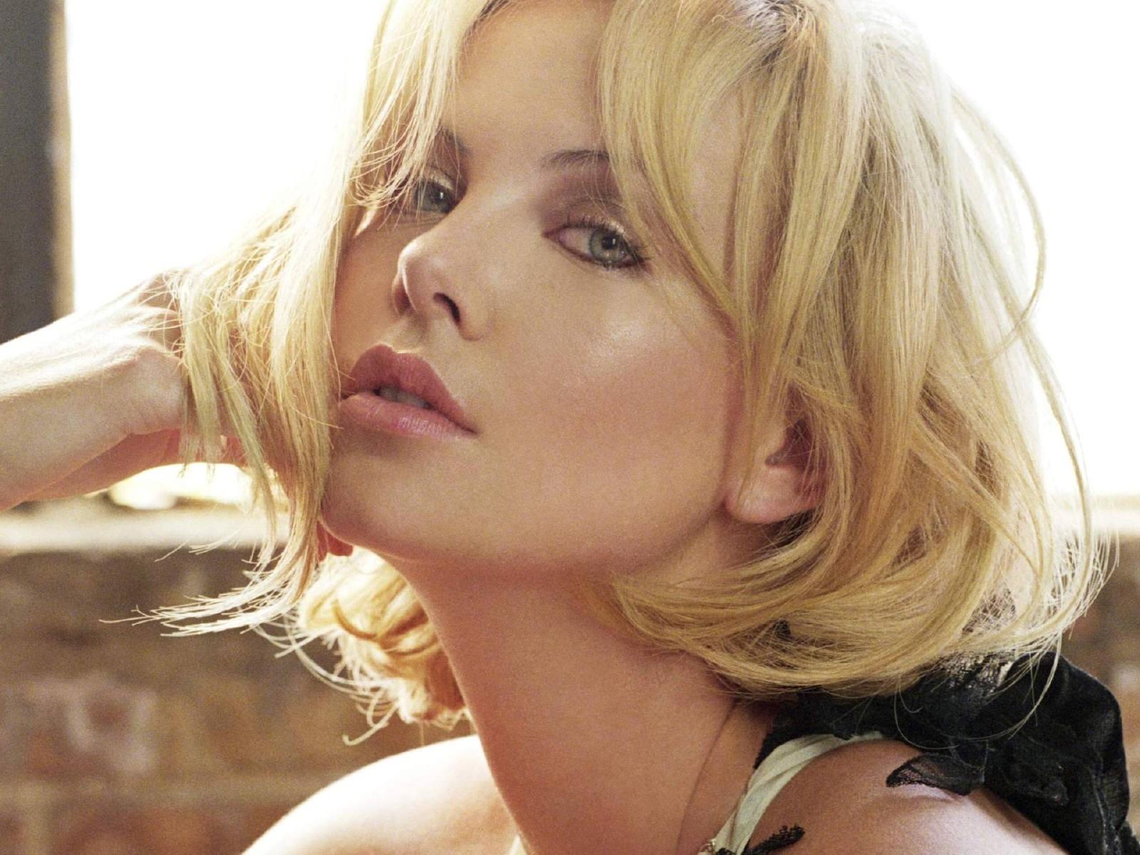 Wallpaper di Charlize Theron, la bella e brava attrice sudafricana