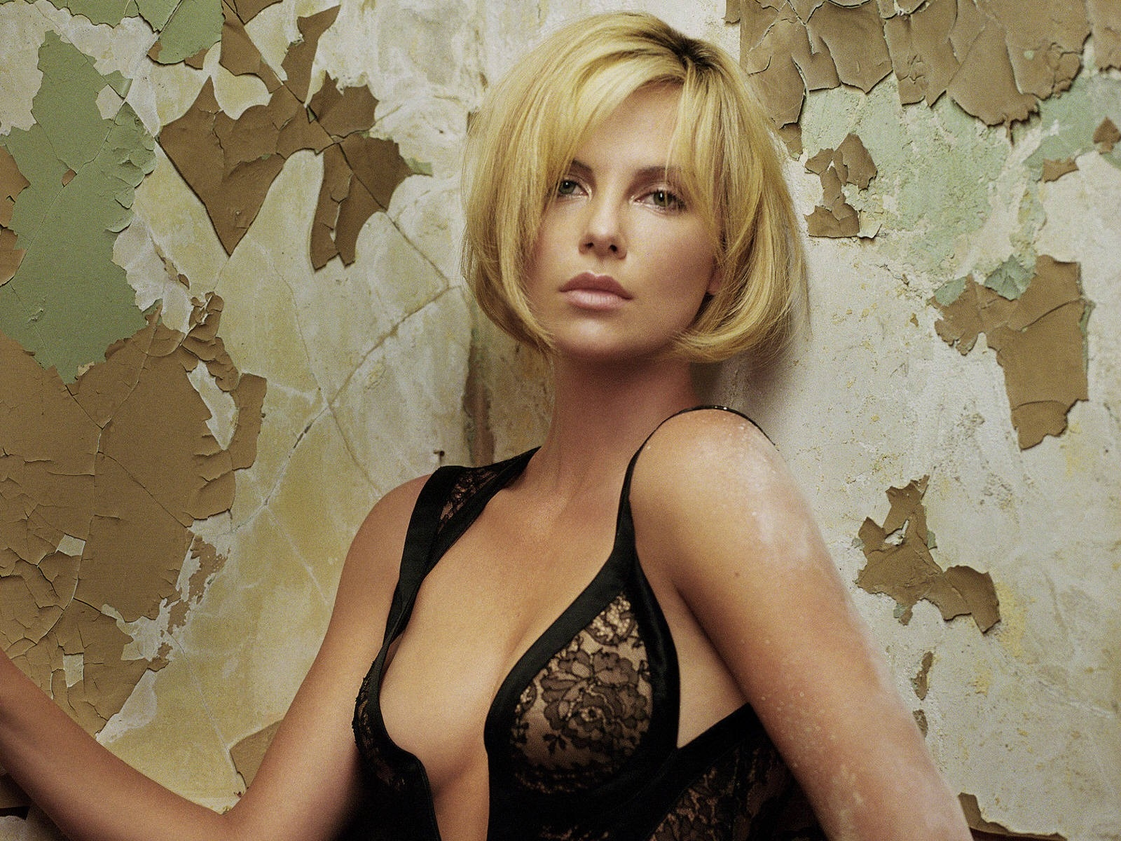 Wallpaper di una sinuosa Charlize Theron