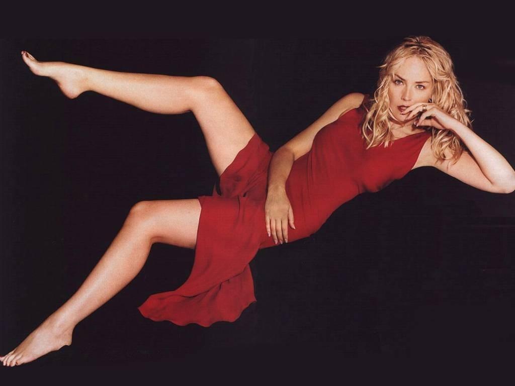 Wallpaper di Sharon Stone, splendida signora in rosso