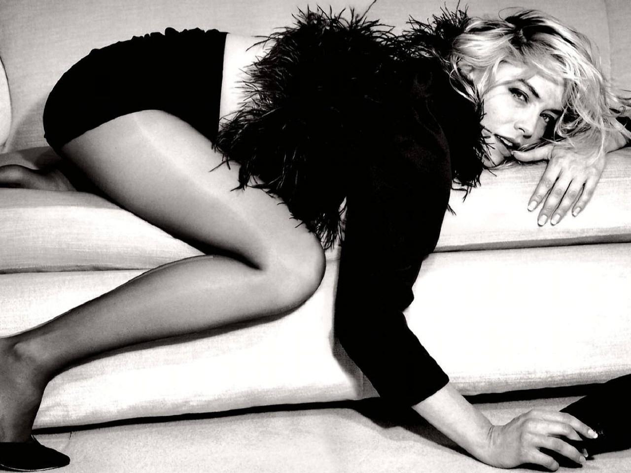 Wallpaper: sensuali piume nere e grinta per la sexy Sharon Stone
