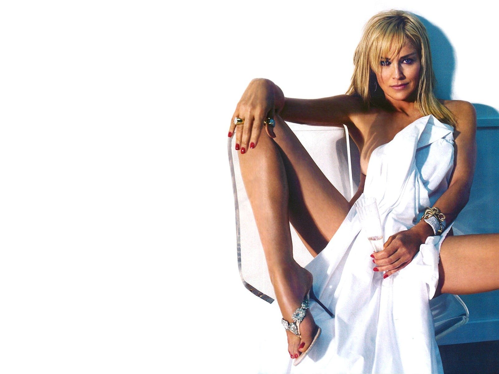 Wallpaper di Sharon Stone, sexy sirena in bianco