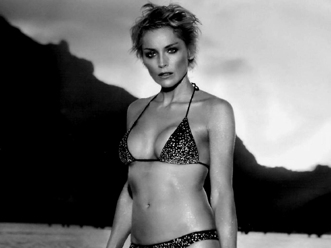 Wallpaper di Sharon Stone, splendida sirena in bikini
