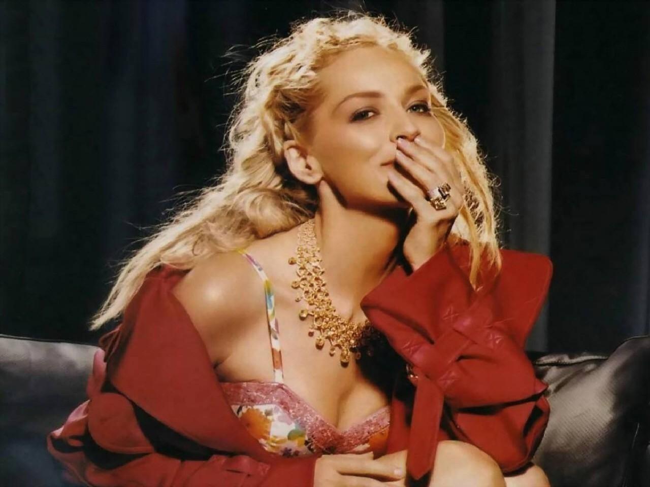 Wallpaper di Sharon Stone, sexy signora in rosso