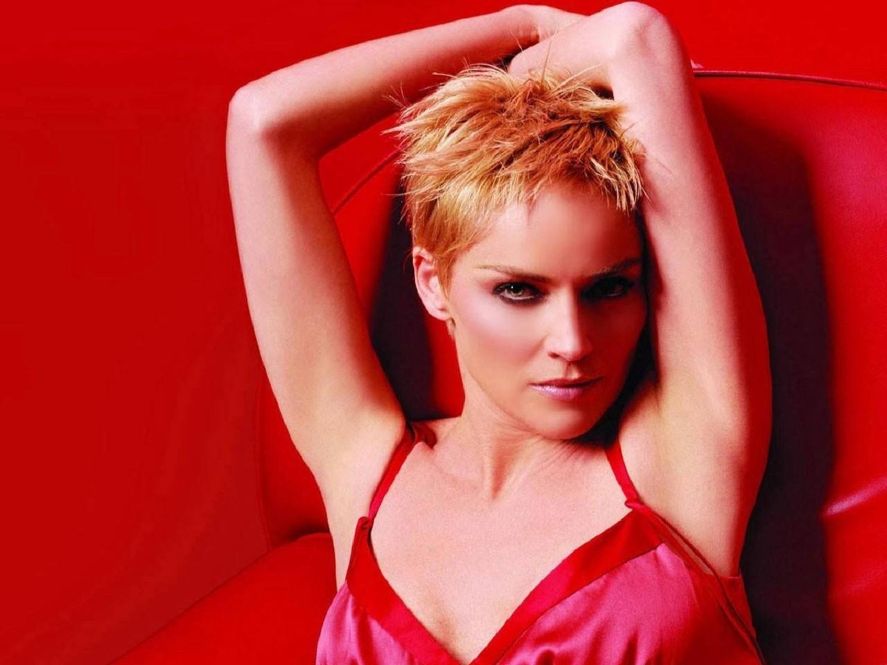 Wallpaper rosso fuoco con Sharon Stone