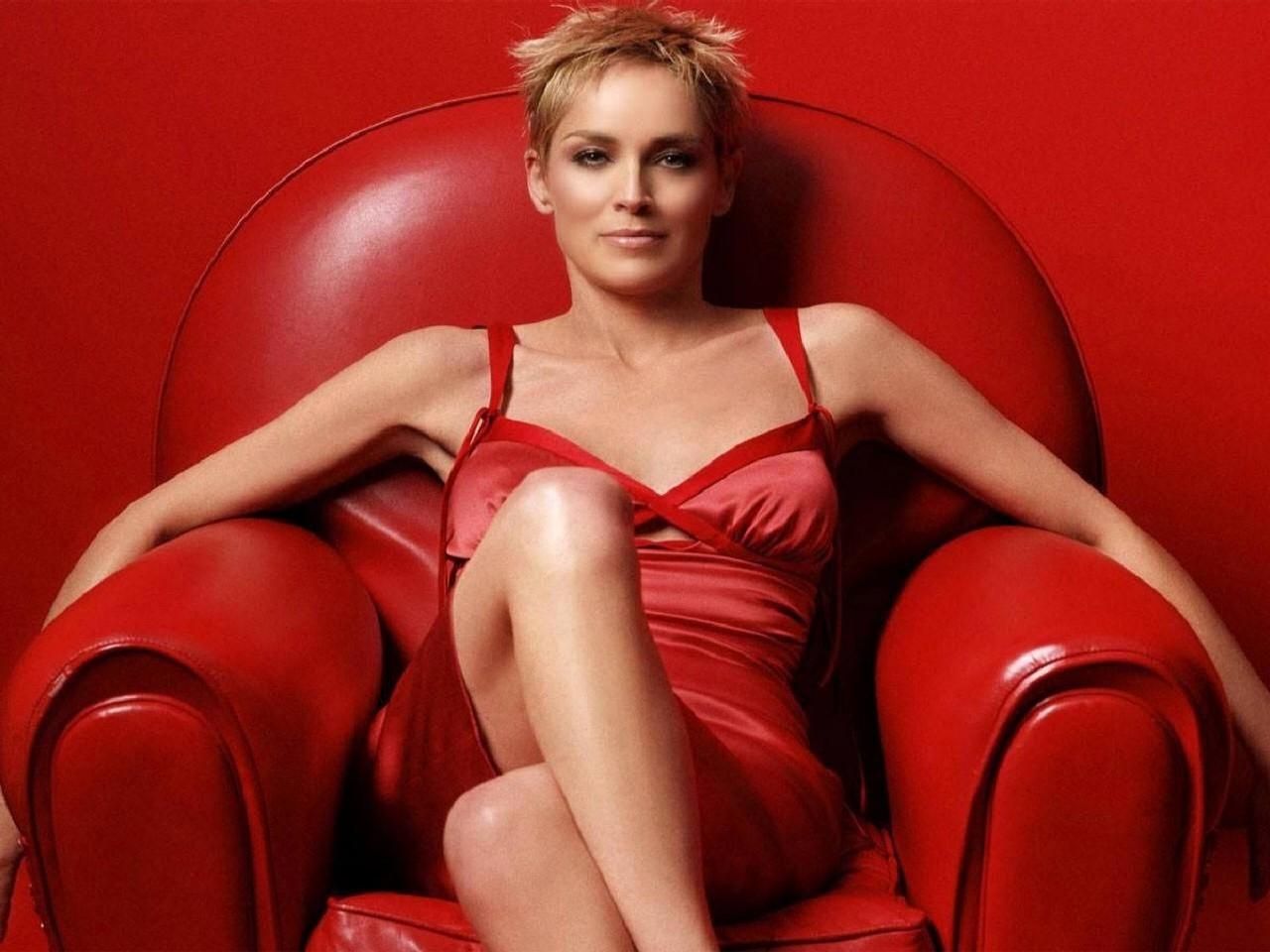 Wallpaper di Sharon Stone con sfondo rosso fuoco