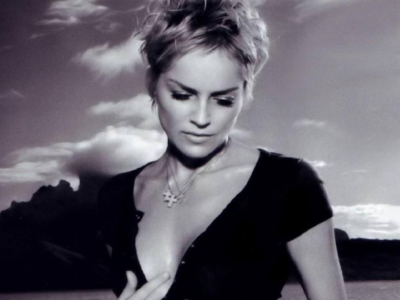 Wallpaper: nuvole e sensualità per Sharon Stone