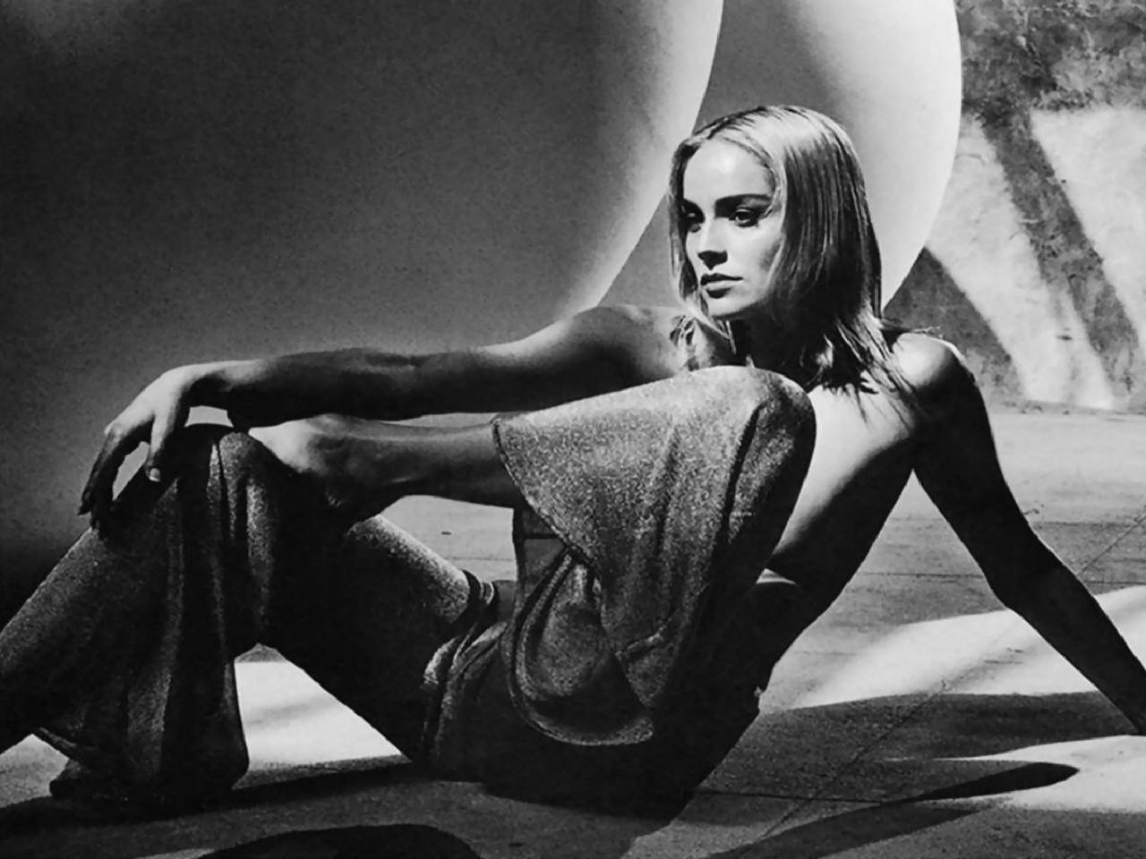 Wallpaper - una seducente Sharon Stone in posa da diva d'altri tempi