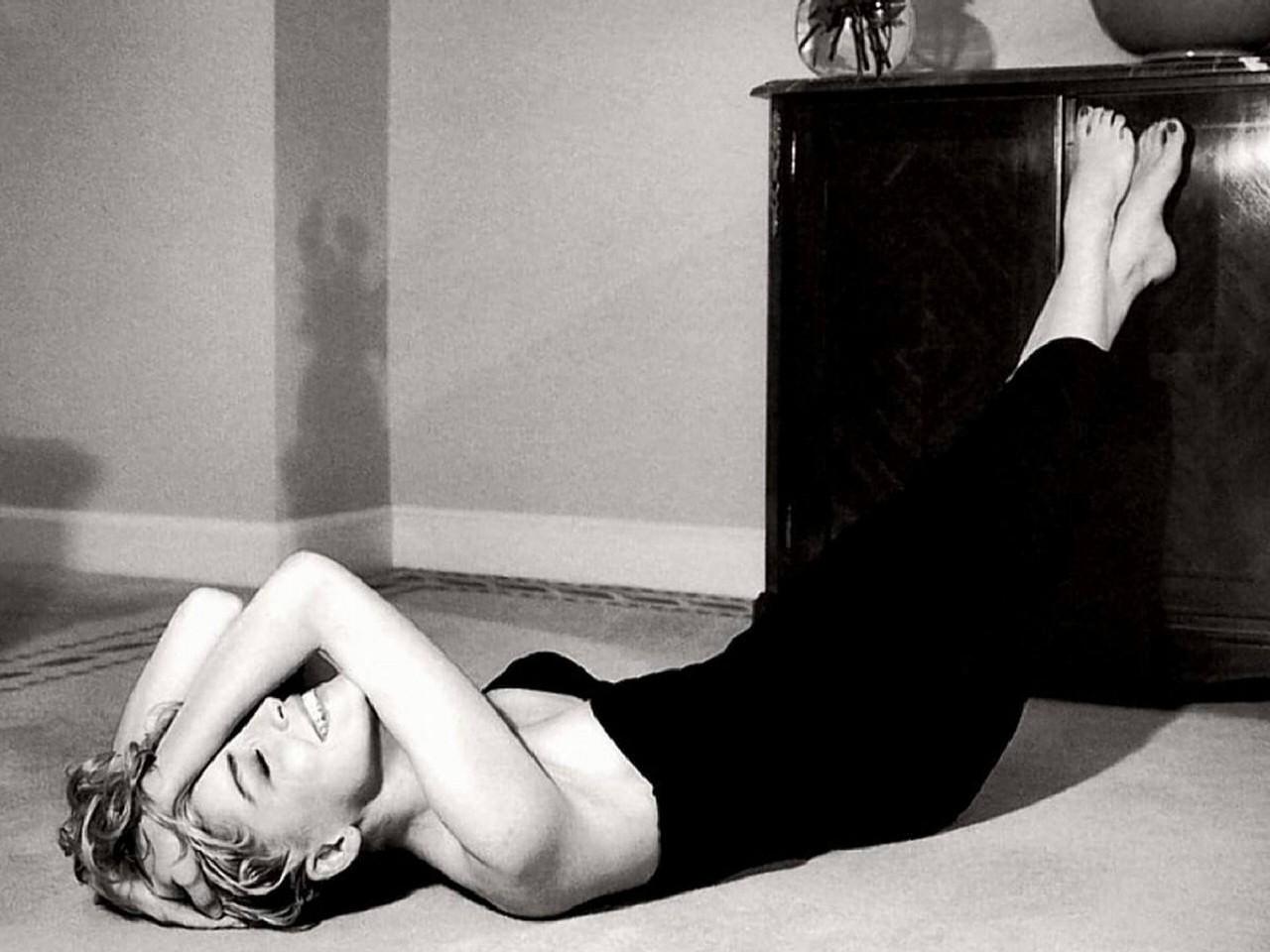 Wallpaper: una seducente Sharon Stone in uno scatto in bianco e nero