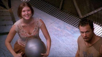 Adam Baldwin e Jewel Staite in una scena di Firefly, episodio Il sopravvissuto