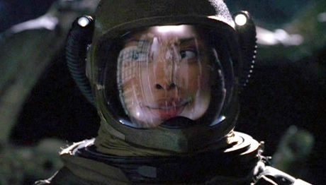 Gina Torres in una sequenza di Firefly, episodio Serenity