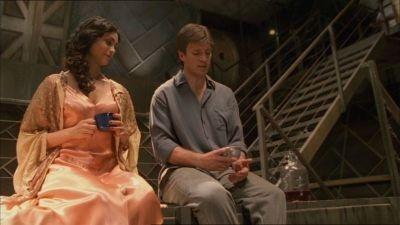Morena Baccarin con Nathan Fillion in una scena di Firefly, episodio Bon-ton pericoloso