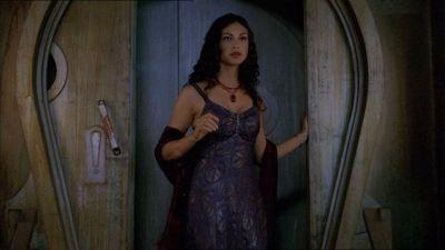 La bella Morena Baccarin in una scena di Firefly, episodio Il sopravvissuto