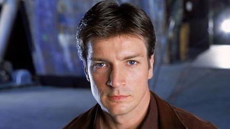 Nathan Fillion è il Capitano Malcolm 'Mal' Reynolds nel serial Firefly