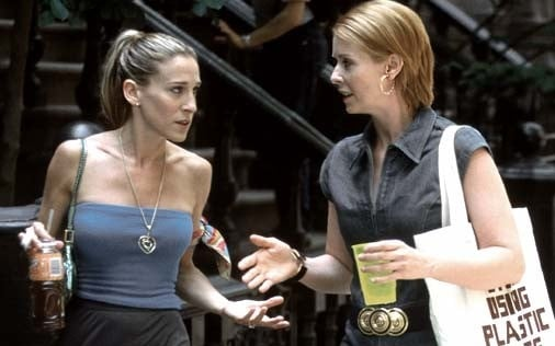 Sarah Jessica Parker e Cynthia Mixon in una scena di Sex and the City, episodio Strane manie da single