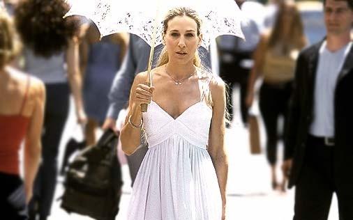 Sarah Jessica Parker vestita di bianco in una scena di Sex and the City, episodio Potevo, volevo, dovevo