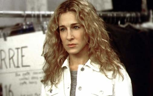 Sarah Jessica Parker in una sequenza di Sex and the City, episodio Scrittrice in passarella