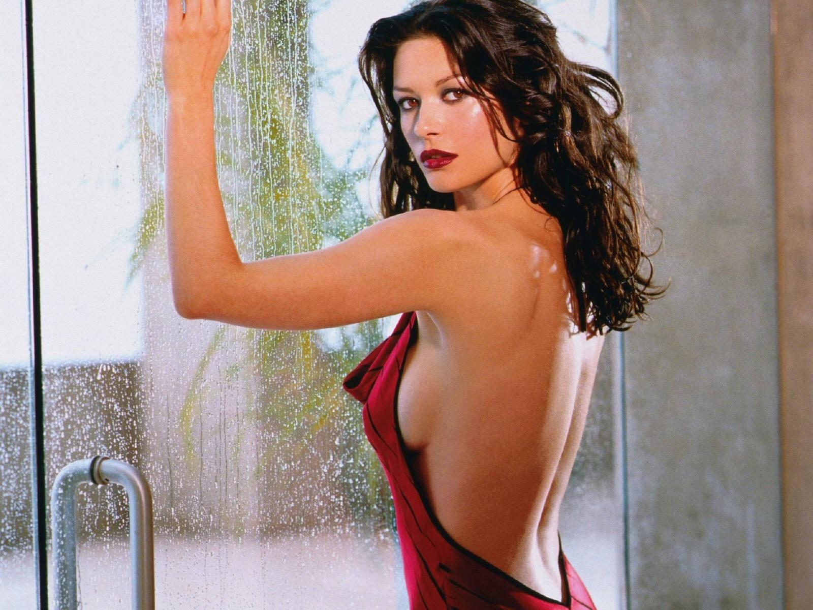 Wallpaper di Catherine Zeta-Jones fasciata in uno strepitoso abito rosso